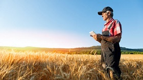 GettyImages-farmer on tablet in the field