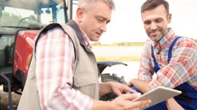 GettyImages-farmers looking at tablet